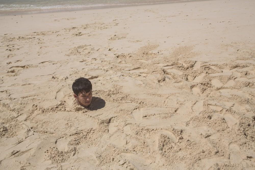 砂浜に埋まる男