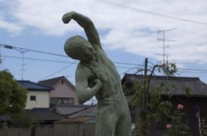 体操する石像